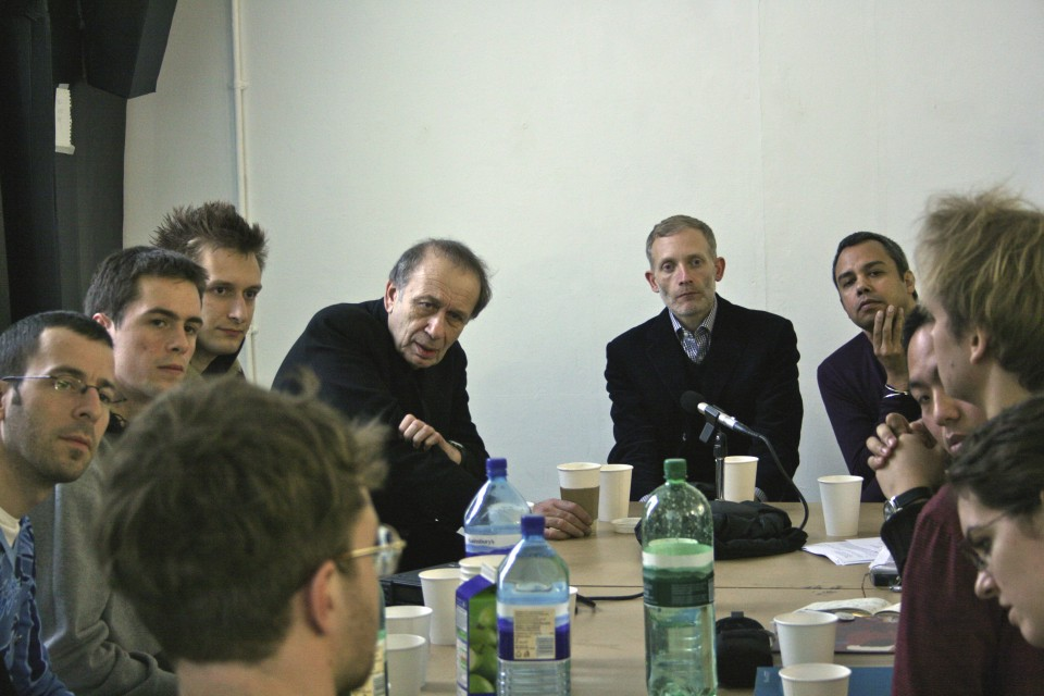 studio 'round-table'